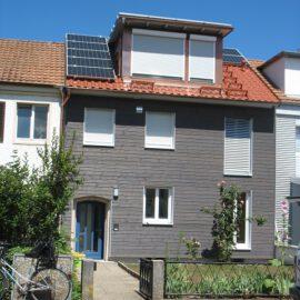 Energetische Sanierung zum Effizienzhaus 55 mit Dachgeschossausbau in 50er Jahre Reihenhaus