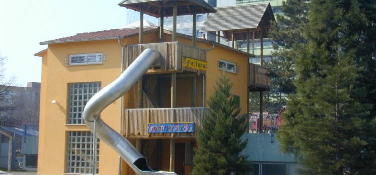 """Neubau eines Kindertreffpunktes """"Spielturm"""" in Freiburg – Weingarten"""